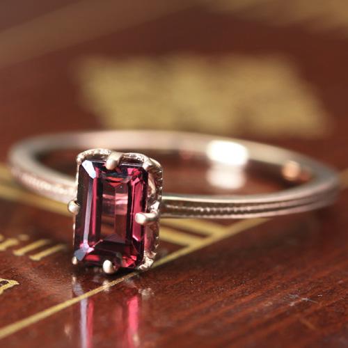 秘密が詰まった クラシカルな極上リング レディース ロードライトガーネット ゴールド リング レディース 指輪・ティエナーレ 華奢 シンプル ファッションリング 可愛い ゆびわ ジュエリー ブランド 宝石 おしゃれ