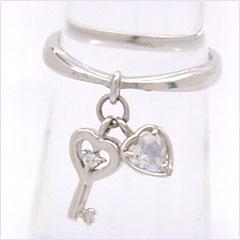 【ブルームーンストーン ダイヤモンドピンキーリング 指輪・クレールドルナ】人気の鍵カラーストーン モチーフに、ブルームーンストーンのハートを添えて、ロマンティックなピンキーリング 指輪をお作りしました! ファランジリング ミ ブランド 宝石 おしゃれ