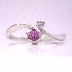 【ピンクサファイア ダイヤモンドリング 指輪・ナディール】「私はあなたに嫁ぐ…」そんなロマンチックな花言葉をもつピンクのバラにちなんで、マリッジリング 指輪の裏に使われることもあるピンクサファイア♪ 華奢 シンプル 可愛い ゆ ボタニカル柄 ブランド 宝石 おしゃれ