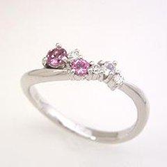 【ピンクグラデーション ダイヤモンドリング・フィオラータ】甘いピンク色にきらめくピンクトルマリン、優しいたたずまいのブルームーンストーン、鮮やかにきらめくダイヤモンド…3種類、合計6つのジュエルをあしらって華やかで上品なリング ブランド 宝石