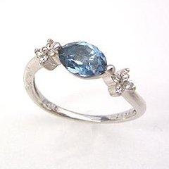 【ロンドンブルートパーズ ダイヤモンド K18ホワイトゴールドリング・ファーディナント】最高級のロンドンブルートパーズを大粒5 7ミリにカットし両脇にダイヤをあしらって、あでやかなリングに仕上げました★ ジュエリー ブランド 宝石