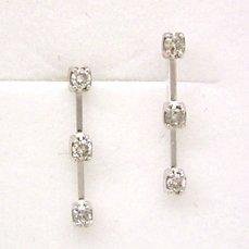 【ダイヤモンド ホワイトゴールドピアス・エフェサス】身につける人の過去・現在・未来を映し、流れゆく時間を象徴するとも言われるトリロジー…今回は、そんなトリロジーデザインをダイヤモンドで贅沢にアレ ブランド 宝石