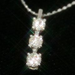 【ダイヤモンド ホワイトゴールドネックレス・トアスルシーナ】ピュアな輝きのダイヤモンドを、人気のデザイン、トリロジースタイルでシンプルなネックレスに仕上げました!! 誕生日プレゼント 華奢 シン ブランド 宝石