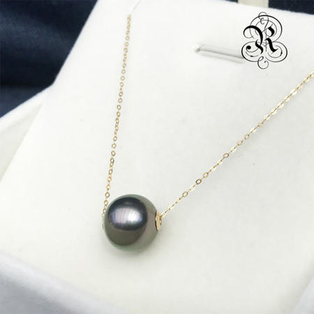 【RUKA瑠夏】☆新作☆ブラックパールペンダント黒蝶真珠を一粒あしらったシンプルなペンダント。どんなファッションにも合わせやすく、装う人をシックに、モダンに演出します。黒蝶真珠を初めて手にする方へおすすめです。10-11mm 送料無料PE0056