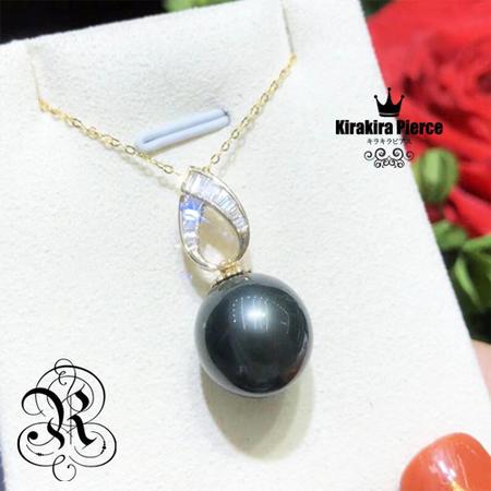 新作【RUKA瑠夏】☆新作☆大粒の黒蝶真珠とジルコニアの組み合わせが、装う人の美しさを引き立てるペンダント。存在感のあるパールに輝きを添えて、より華やかに印象づけますネックレス。14金PE0098PD