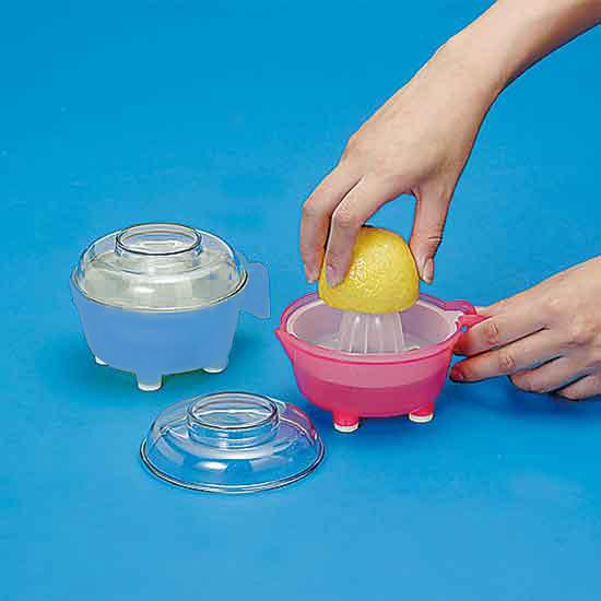 力を入れずに楽にしぼれる工夫がいっぱいのレモンしぼりです。しぼった果汁をフタをしてそのまま保存。 キララ ふた付レモン絞り キッチンツール