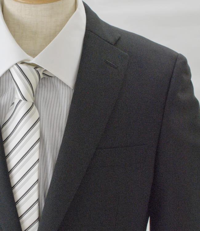 7485e1a147658 写真のサイズはA6サイズで衿巾7.2cm、パンツの裾巾は20.9cm。 このスーツ スリム シングルは日本の自社工房で縫製したサマースーツです。