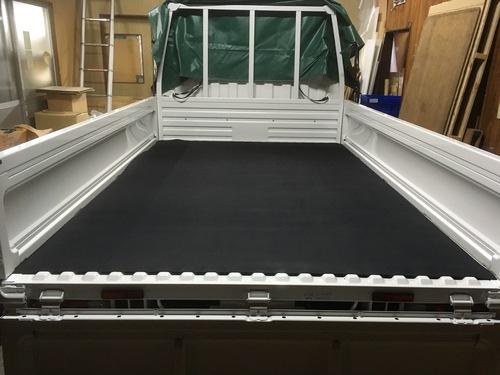 2トントラック対応マット トラック荷台のキズ防止と滑り止めに最適 。トラック荷台専用マット 厚さ5ミリ×幅1.6M×3.1M(黒)滑り止め付