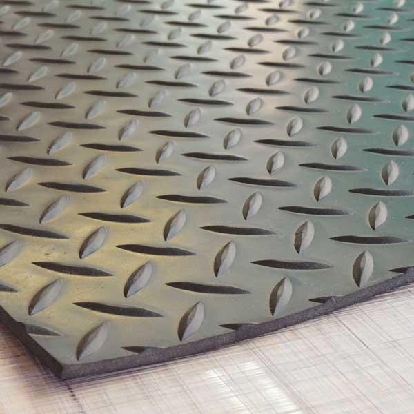 【縞板模様】てっぱんゴムシート 厚さ5mm×幅1M×長さ2.5M 黒 見た目が鉄板 工事現場でおなじみの縞板模様入り 見慣れた縞板模様が工事現場の安全対策を強調 滑り止めの注意喚起