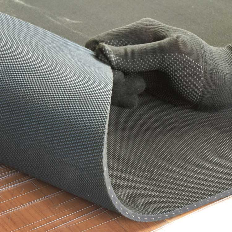 安全管理 破れにくい 裂けにくい 補強布入りゴムシート(両面エンボス加工あり) 厚さ3mm×幅1M×長さ9.8M 黒 補強のためのしっかりとした布(合成繊維)入りで、通常のゴムに比べ耐破断性に優れる