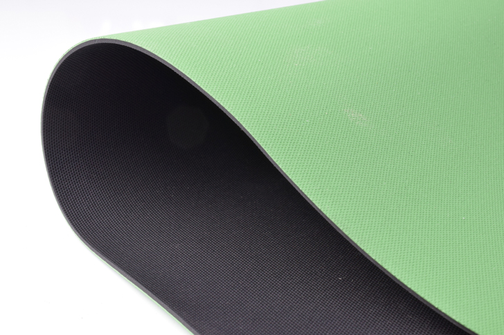 【両面ザラザラ加工】歩行路の滑り止めと養生に、低臭のため室内でも使いやすく便利です。 合成ゴムシート(両面エンボス加工あり)厚さ2ミリ×幅1.2M×3M(緑/黒)スロープや歩行路などの滑り止めにオススメ