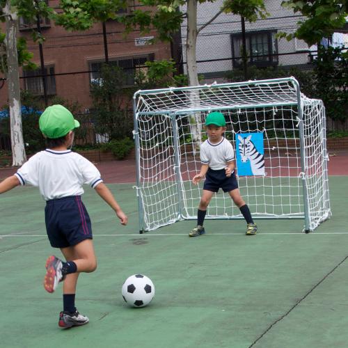 サッカーゴール幼児折りたたみ式(2台1組)保育園 幼稚園 保育所 こども園 園児 学童 運動 体育 室内 室外 屋内 屋外 子ども おもちゃ 遊び 基礎体力 身体づくり 全身運動 子供 イベント ゲーム 日本製 脚力 キック力 遊具 折り畳み 的付き