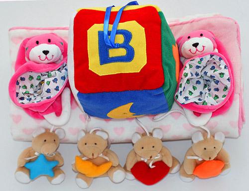 布のおもちゃブロックとくまのモビール&ピンクハート柄ブランケット&おまけ付きラトル入りブーティハッピーギフトセット選んで!!無料ギフトラッピング