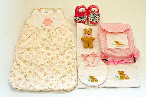 ご出産祝おくるみ赤ちゃん寝袋寝袋スリーピングバッグ ピンク&ベビーズリュックサック&おまけ付きラトル入りブーティハローベビーギフトセット選んで!!無料ギフトラッピング