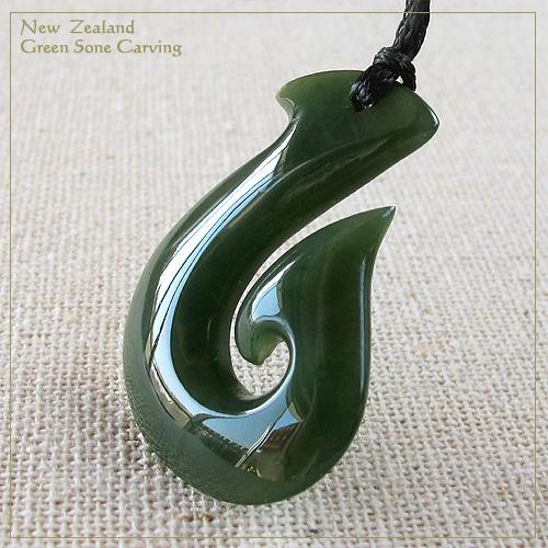 フィッシュフック ペンダント天然石 メンズアクセ 夏チョーカー ネックレスニュージーランド グリーンストーンマオリカービング 長さ調節