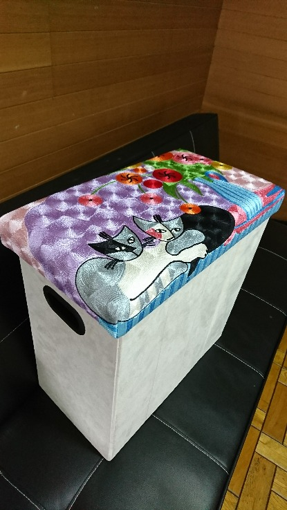 【訳あり】刺繍スツール(花とネコ)ボックス付