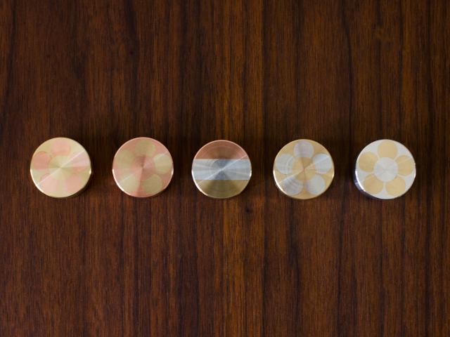 mosaic weight(モザイク ウェイト) - シオン(neighbor&craftsman) 高級 ペーパーウェイト 置き物 インテリア オブジェ 書類 重し 文鎮 文房具 おしゃれ かわいい 花柄 縞柄 ボーダー 真鍮製 銅製 金属製 削り出し 職人 桃色 金色 銀色 ピンク ゴールド シルバー