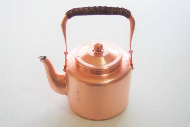 純銅製 最高級のやかん 縁までくまなく職人によって手打ちされた美しい鎚目 唯一無二の一生物です 完全送料無料 その使い心地の良さはもはや説明を要しません 銅専用クリーナー付属です 手打ち 新鎚起純銅 湯沸かし 2 5L 新光金属 新光堂 新潟県燕市 銅製品 高級品 ケトル ポット ヤカン 銅やかん 和食 茶道用 中国茶 料亭 藤の持ち手 贈り物 プロ 職人技 ギフト 最上級 贈答用品 鎚目 工芸品 茶室 プレゼント 長持ち 手造り 一生もの 流行 ヘルシー