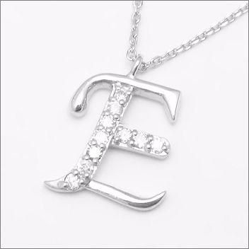 憧れの高級素材プラチナ900使用 10ポイントダイヤモンドが煌めくペンダント 10年の記念にもおすすめ オーダーで作製する高品質の日本製です プラチナ900 10ポイント ダイヤモンド イニシャルペンダント 【 E 】 [送料無料][ラッピング無料]