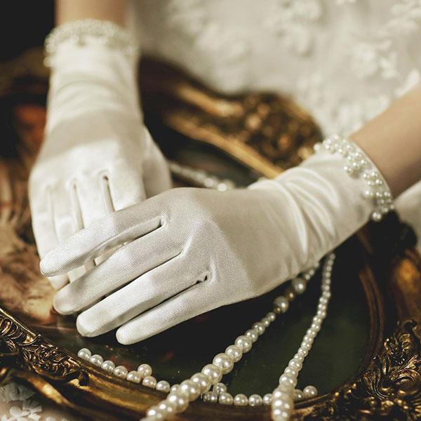 3点以上1点690円 税別 送料無料 ウエディンググローブ 手袋 ウエディング パーティー 挙式小物 出色 サテン手袋 オフホワイト 花嫁 発表会 舞台 披露宴 グローブ 可愛い 演奏会 2次会 婚礼 新婦 結婚式 全国どこでも送料無料