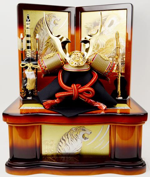 鋭い金鍍金の立体鍬形が付いた兜飾りです。色彩箔で仕上げた龍虎柄の収納飾り台。 【送料無料】兜収納飾り【北寿監修】貫前兜 ゴールド 龍虎※色彩箔龍虎柄収納飾り台サービス品付き