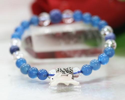 人気のうさぎのブルーのブレス チャレンジ精神と自信を与えてくれる石 勉強 大人気 お守りにも効果あり 即出荷 マザーオブパール うさぎ キッズブレスレット 水晶ブレスレット ソーダライト ブレスレット クリスタル 送料無料