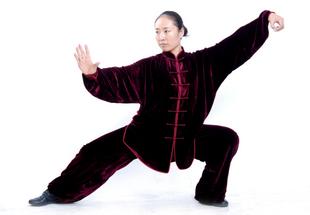 冬用となりますので生地は厚めに出来ております。素材はパイル織物で温かさは格別!太極拳表演服・紫赤色高級シルク太極拳服