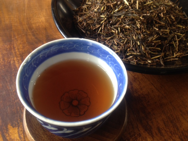 煮出しても苦くない上品で香ばしい豊かな香りのほうじ茶です 一度飲むとくせになると評判です お茶 宇治 期間限定お試し価格 こだわりの自家焙煎 京都のほうじ茶 150g 1080円 人気 送料無料限定セール中 冷茶 茎ほうじ茶 棒茶 熱湯でおいしい 日本茶 店主自慢 かりがねほうじ茶