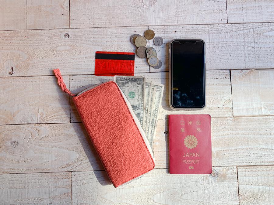 ▲CLAY いつも手にしていたい太陽のような赤「クレイジップ 長財布」クセになる色味