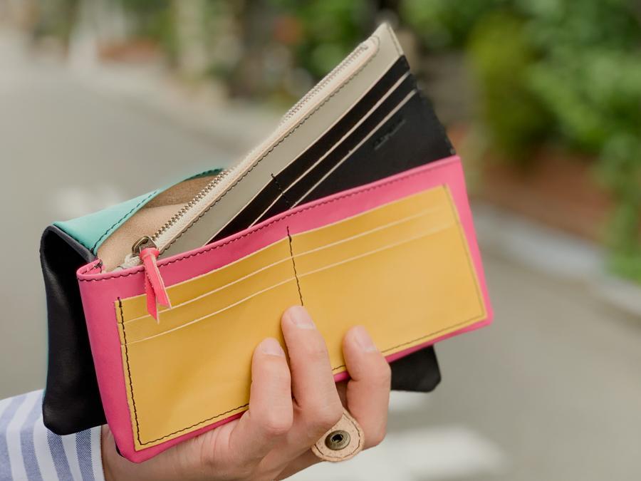 ▲F-PLUMP モノトーンとキャンディー「フルプランプ 長財布」取り出せるスリム財布