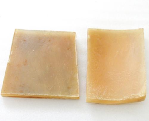 水牛工芸材料。本オランダ水牛板、ブロンド。NO.011007-1。左65×60m/m・厚み6m/m。右76×52m/m、厚み約5m/m。2枚で重さ59g。2枚で10400円。空胴の部位をプレスした板。下の写真は皮の面です。加工方法在中。日本製。メール便。