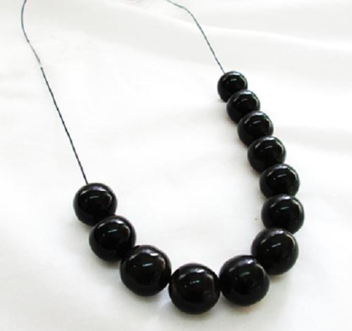 水牛アクセサリー、丸玉。直径、15m/m・紐穴、2m/m・1個2g・ 芯持ち。黒(天然色)、本水牛。12個で1230400円。日本製。メール便。