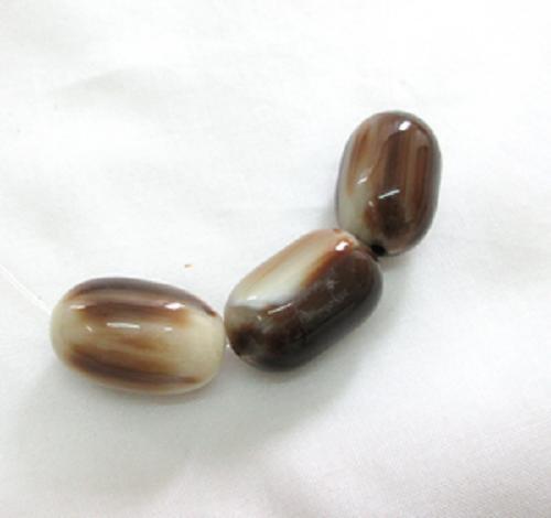 水牛アクセサリー、なつめ玉・茶(天然色)。直径15mm×長さ25mm・ 紐穴の径2.5mm・芯持ち。3個で9400円。日本製。メールK.