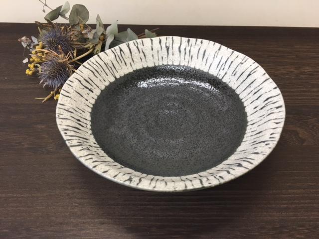 使い方は多種多様 冷やし中華や小ぶりなカレー皿 パスタ皿にも使えます ざるそば 正規品スーパーSALE×店内全品キャンペーン 美濃焼 夏のうつわ おかず盛り皿 普段使い 黒潮クラフト型7.0深皿 KRO-4F 煮込みハンバーグ皿 シチュー パスタ皿 めん皿 黒潮 冷やし中華皿 カレー皿 21.5cm×高さ4.8cm 冷麺皿 送料0円