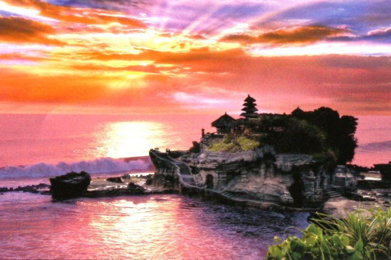 1000ピースジグソーパズル 夕暮れのタナロット寺院-インドネシア 《廃番商品》