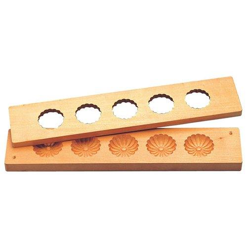 和菓子用品・型 お菓子作り・道具 職人が一つ一つ丁寧に仕上げた手彫物相型 五ツ取り(桜材) 菊 (7-1091-3701)
