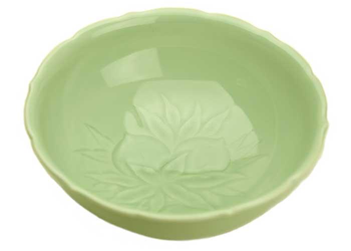使い勝手の良さが光る縁起の良いうつわ 青磁桃菓文彫菓子鉢