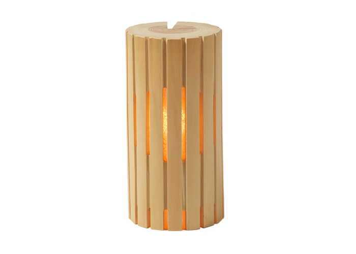 北山丸太の特徴である木肌の美しさと年輪の細かさが見て取れる逸品 京のこもれ灯「燦(さん)」