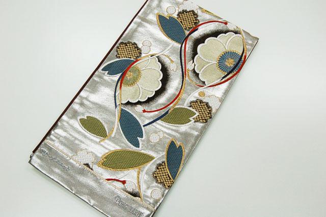 モダンで柄がとてもおもしろい帯です 地色の銀が高級感漂う感じで桜を中心の柄をよりいっそう引き立たせた帯です 出色 振袖にばっちりコーディネートをしてみてください 毎日激安特売で 営業中です 振袖に シルバー WA.メヌエット袋帯
