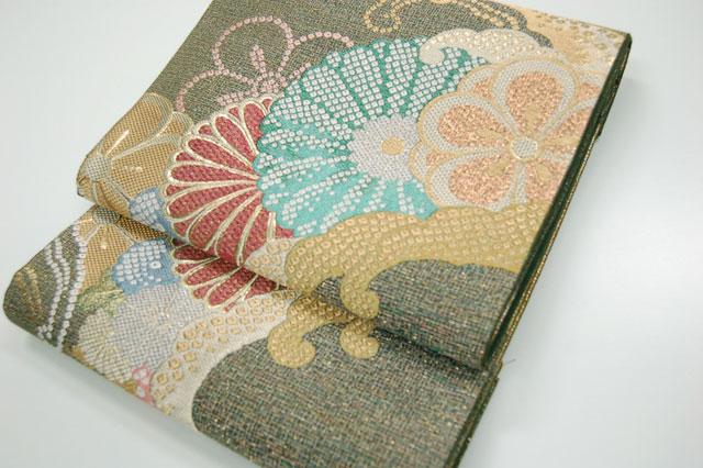 供え 梅や菊 波の柄で表現された格の高い袋帯 販売実績No.1 訪問着や色留などのフォーマルの装いにぜひどうぞ 西陣特選波頭菊寿紋袋帯 丁寧に織られた匠の技がひかります obi-053