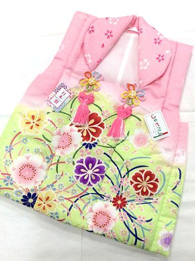ピンクと鶸色のボカシに桜などが華やかな被布コートです。地模様は紗綾形や鞠など。衿の桜柄が可愛いですね♪前はボタンで開けます。 【しゃれっこ】三歳被布コート 七五三 お祝着 日本製 ポリエステル ピンク×ひわ ボカシ 桜