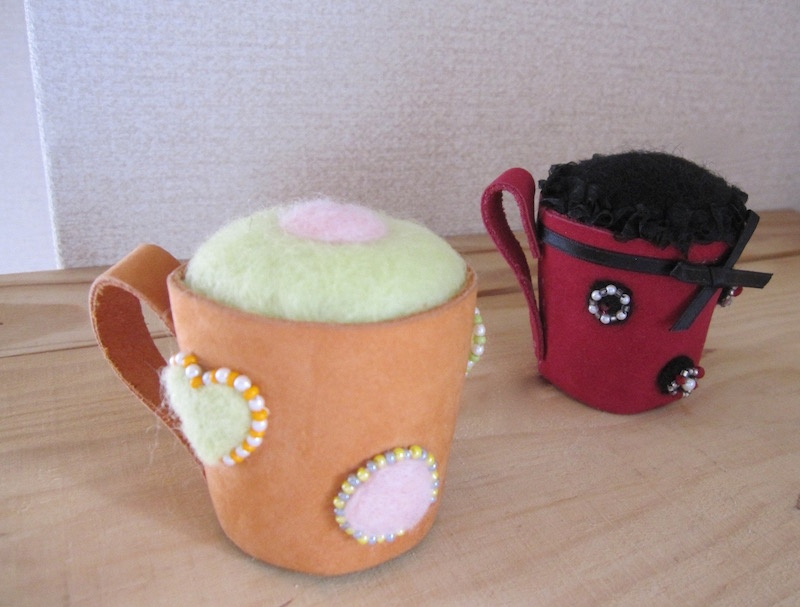 買い取り コーヒーカップの形がキュート ギフトにもおススメ 最新アイテム スェード革に高級感 ハンドメイドのピンクッション