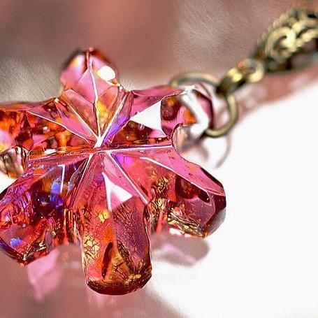 『Crystal snow flower ~ 頬染める雪の花 ~』 ガラスアクセサリー ネックレス・ペンダント ダイカット(平面造形)タイプ