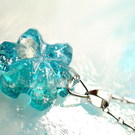 『Crystal snow flower ~ 神秘なる雪原の花 ~』 ガラスアクセサリー ネックレス・ペンダント ダイカット(平面造形)タイプ