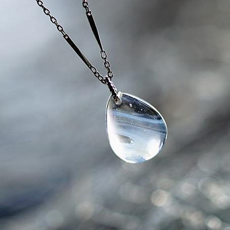 『雪のヴェール』 ガラスアクセサリー ネックレス・ペンダント 円・楕円・ドロップタイプ