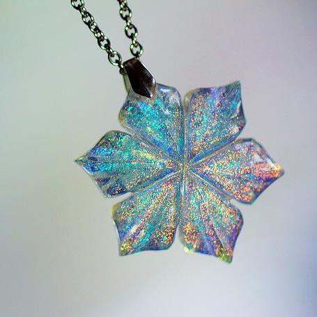 『絹雪の花』 ガラスアクセサリー ネックレス・ペンダント ダイカット(平面造形)タイプ