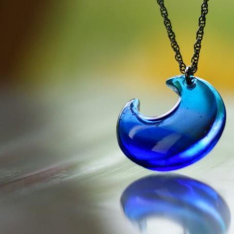 『夕凪の月』 ガラスアクセサリー ネックレス・ペンダント ダイカット(平面造形)タイプ