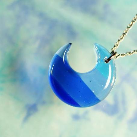 『夕凪の月 ~ 白波 ~』 ガラスアクセサリー ネックレス・ペンダント ダイカット(平面造形)タイプ
