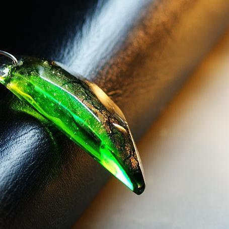 『翡翠の月明かり』 ガラスアクセサリー ネックレス・ペンダント 立体造形タイプ