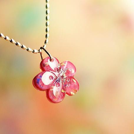 『早春の一輪花』 ガラスアクセサリー ネックレス・ペンダント ダイカット(平面造形)タイプ